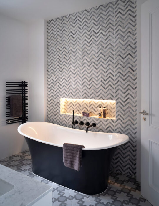 Standing bath tub and pattern wallpaper - Luxury sustainable interior design